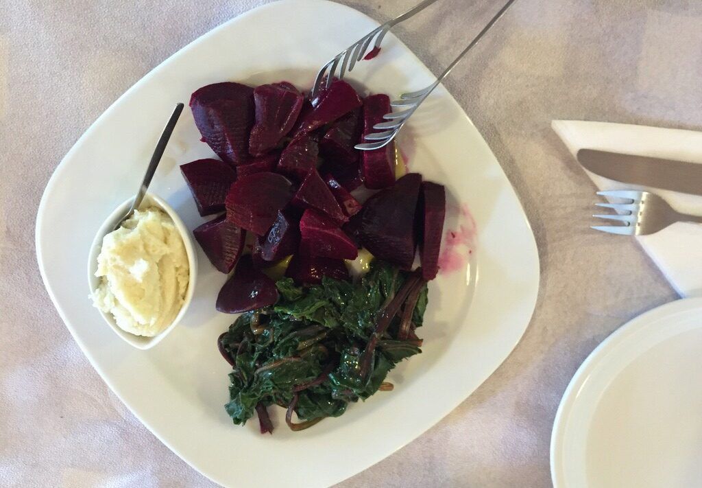 Patzaria me skordalia (beetroot with garlic dip)